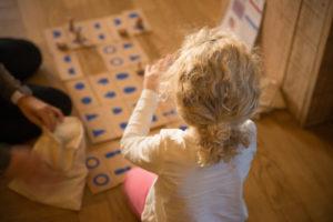 """Petite fille jouant pendant les Tremplins """"innovons pour l'éducation"""" organisés par la Fondation SEVE et Chemins d'Enfances"""